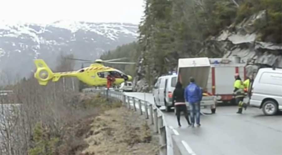 Rettungshelikopter landet auf Leitplanke