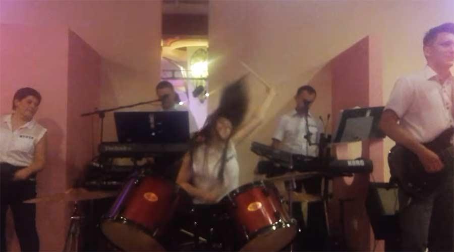 Schlagzeugerin dreht komplett durch