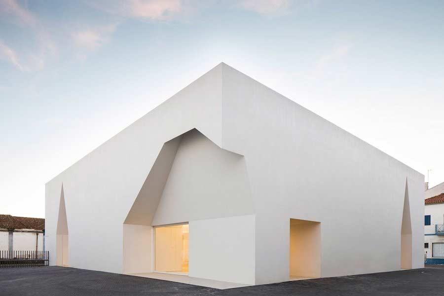 Minimalistischer Block mit Einschnitten Aires-Mateus-community-center_01