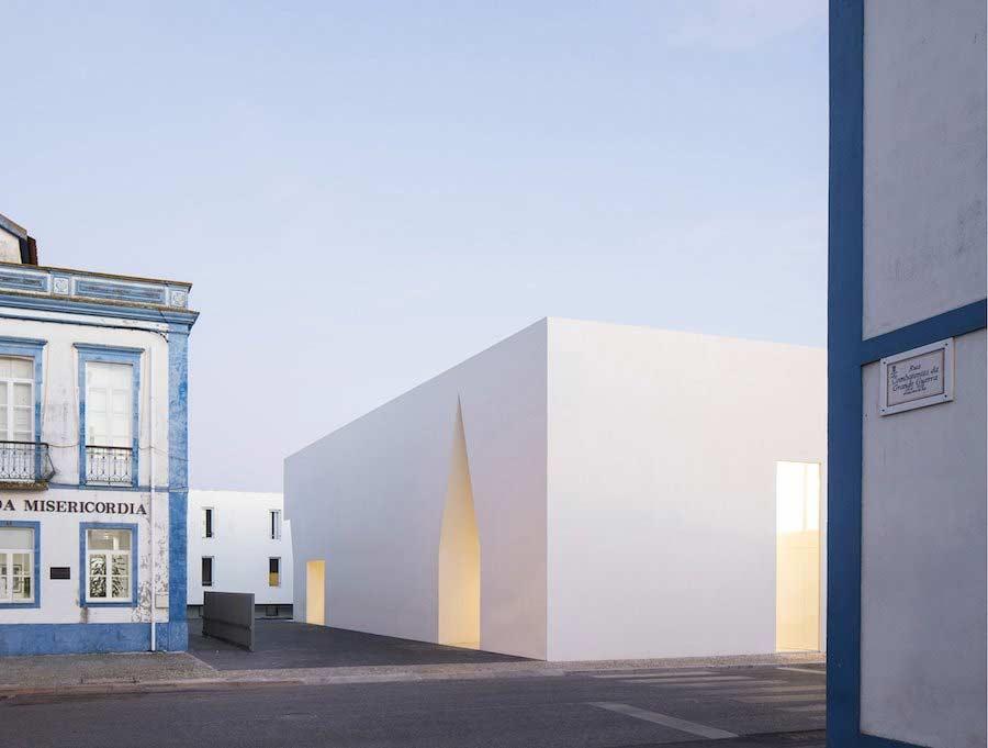 Minimalistischer Block mit Einschnitten Aires-Mateus-community-center_02