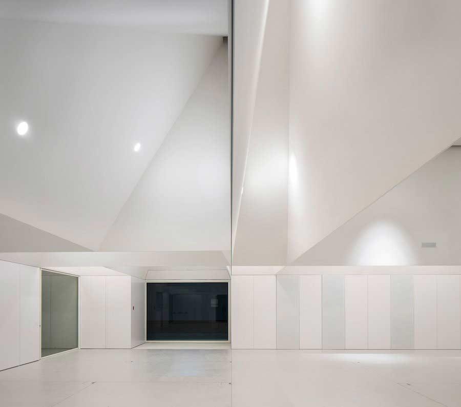Minimalistischer Block mit Einschnitten Aires-Mateus-community-center_03