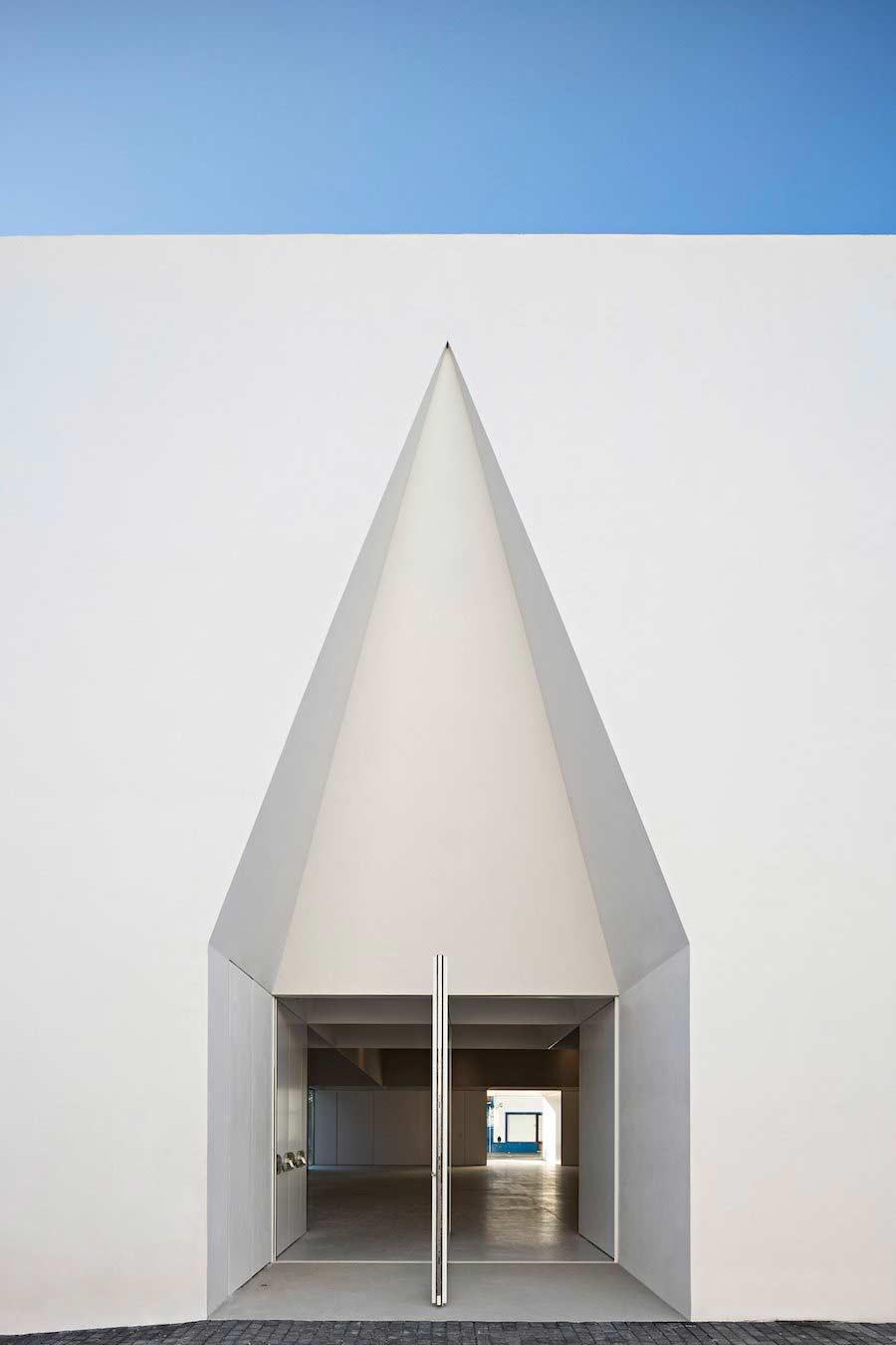 Minimalistischer Block mit Einschnitten Aires-Mateus-community-center_04