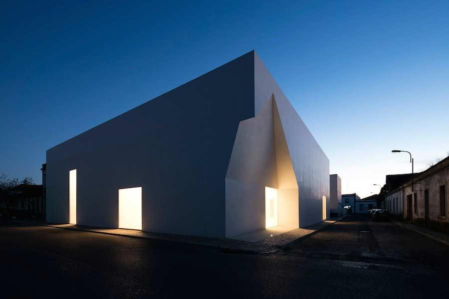 Minimalistischer Block mit Einschnitten Aires-Mateus-community-center_05
