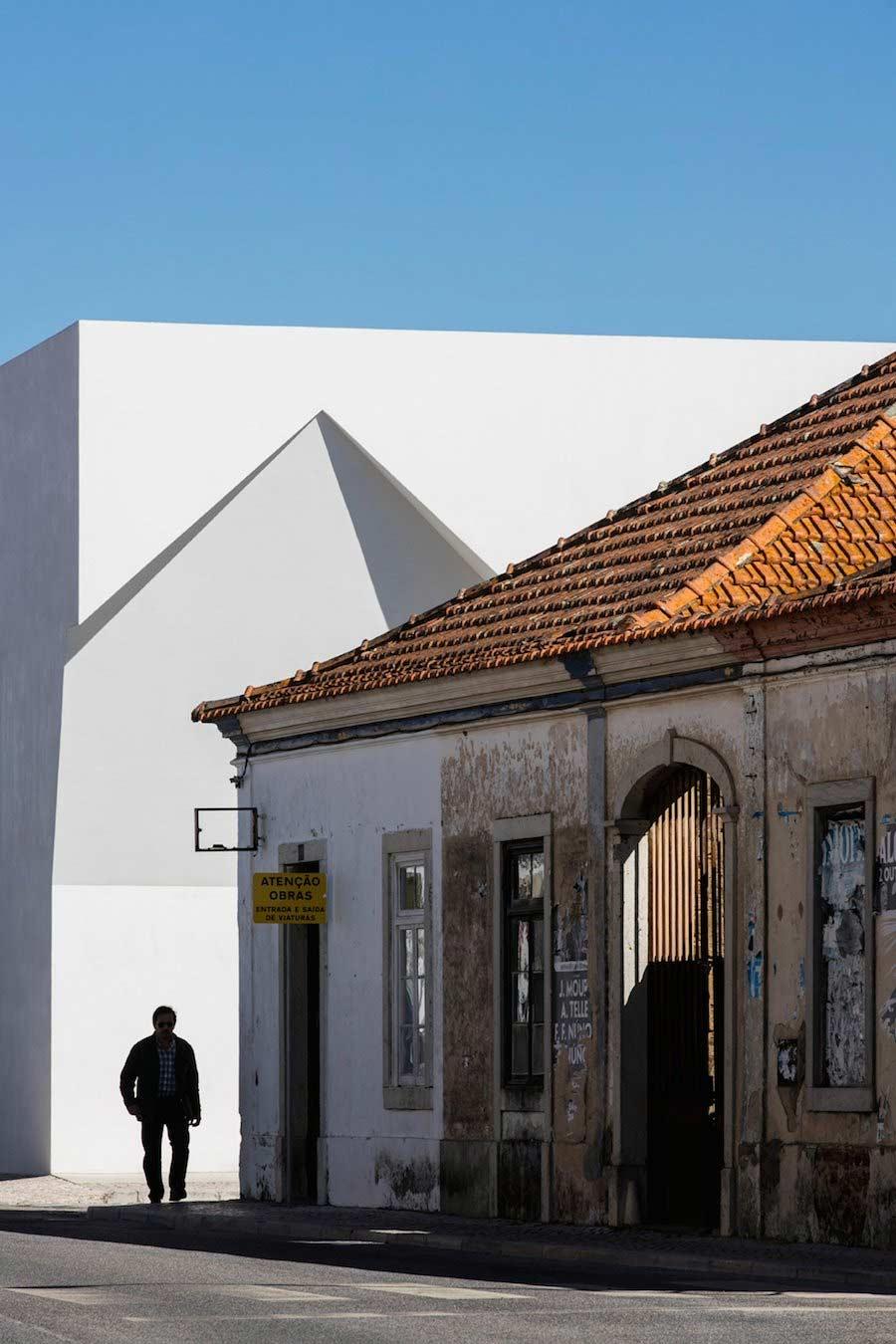 Minimalistischer Block mit Einschnitten Aires-Mateus-community-center_06