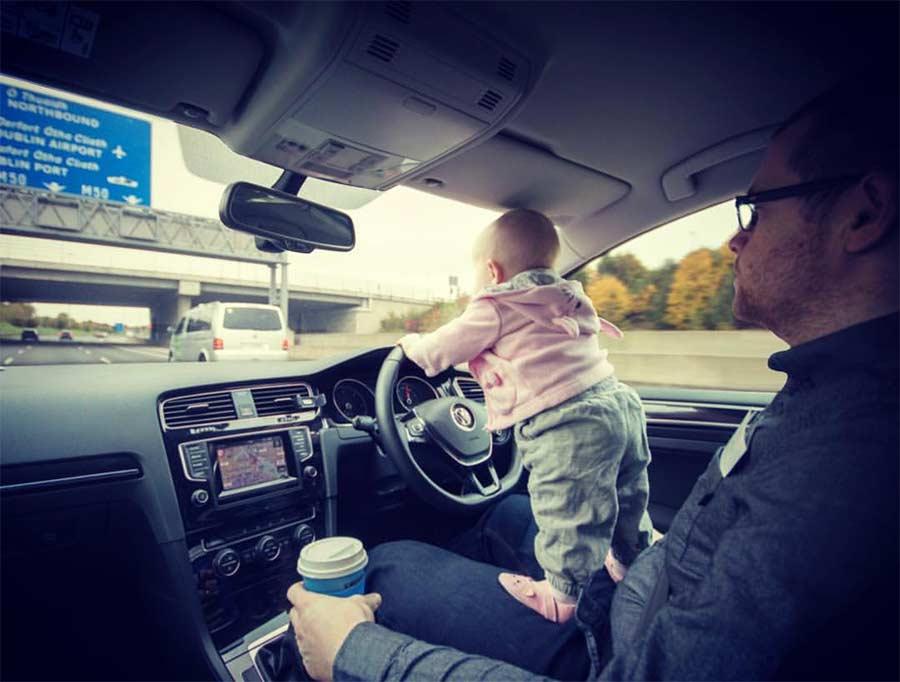 Vater photoshopt kleine Tochter in gefährliche Situationen Steec-dangerous-baby_01