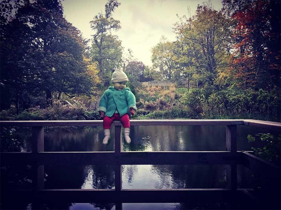 Vater photoshopt kleine Tochter in gefährliche Situationen Steec-dangerous-baby_02