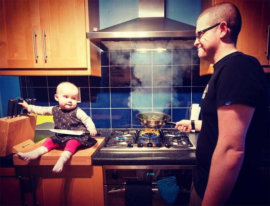 Vater photoshopt kleine Tochter in gefährliche Situationen Steec-dangerous-baby_03