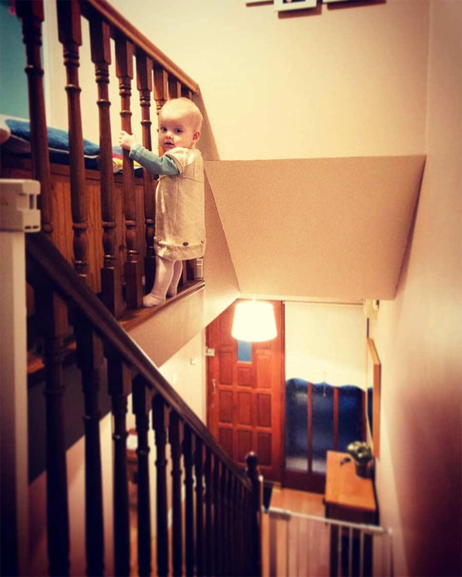 Vater photoshopt kleine Tochter in gefährliche Situationen Steec-dangerous-baby_04