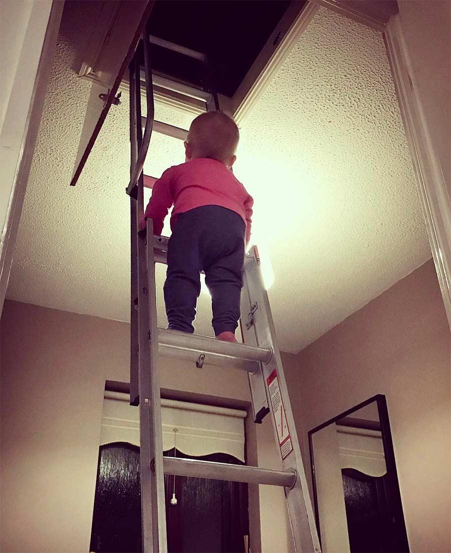 Vater photoshopt kleine Tochter in gefährliche Situationen Steec-dangerous-baby_05
