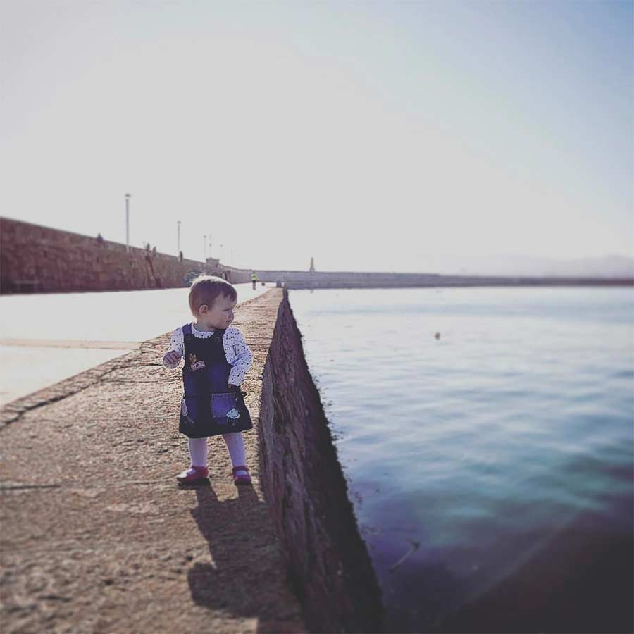 Vater photoshopt kleine Tochter in gefährliche Situationen Steec-dangerous-baby_06