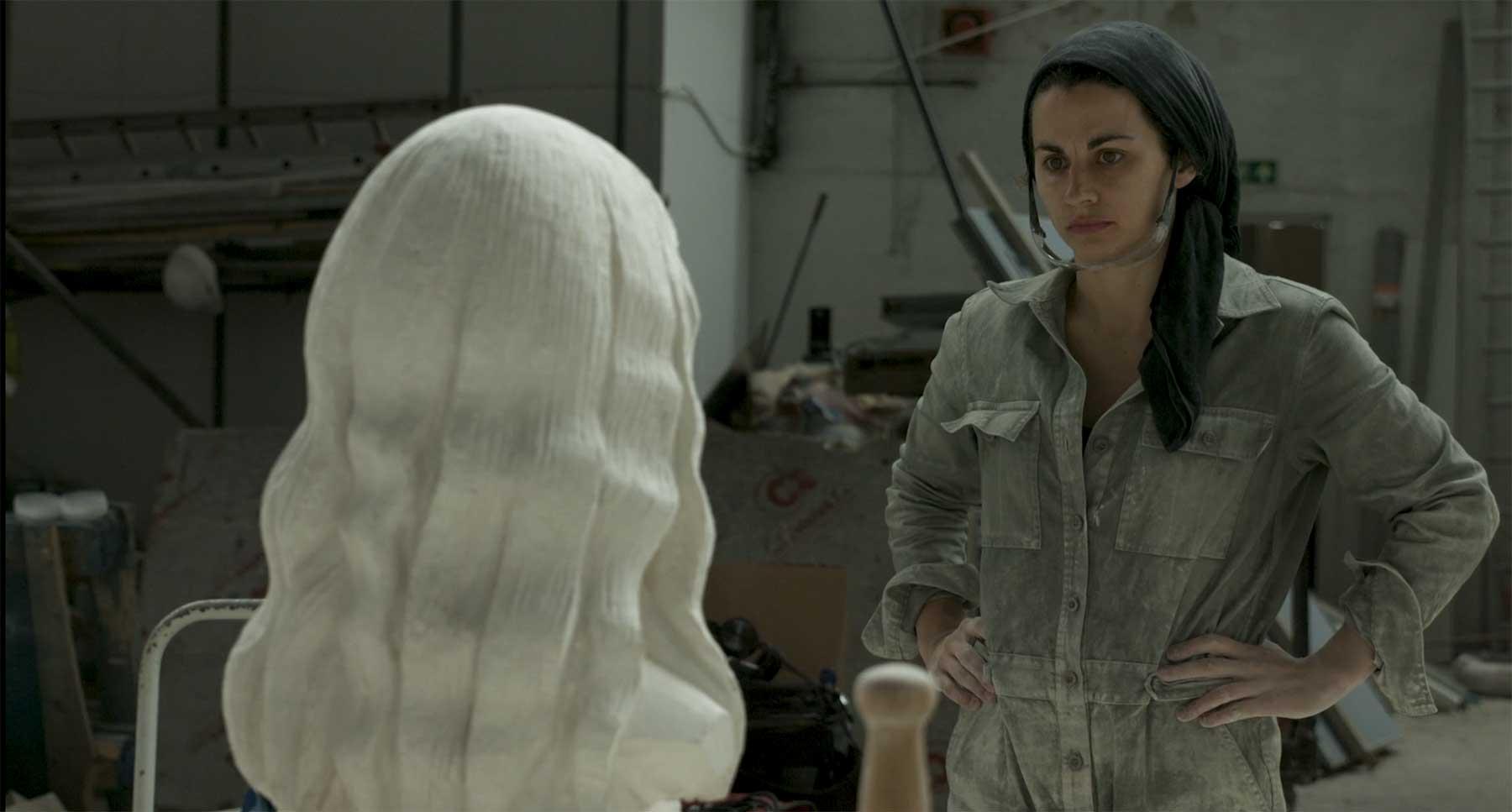 Einer modernen Bildhauerin über die Schulter geschaut
