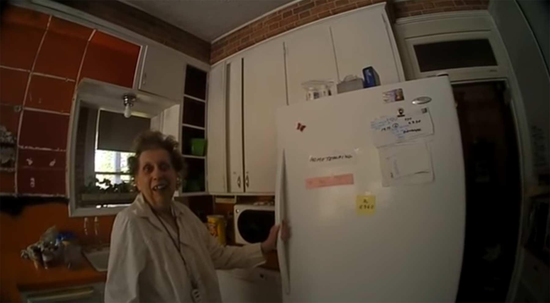 Body Cam nimmt auf, wie dieser Polizist einer alten Dame ein Ständchen singt polizist-singt