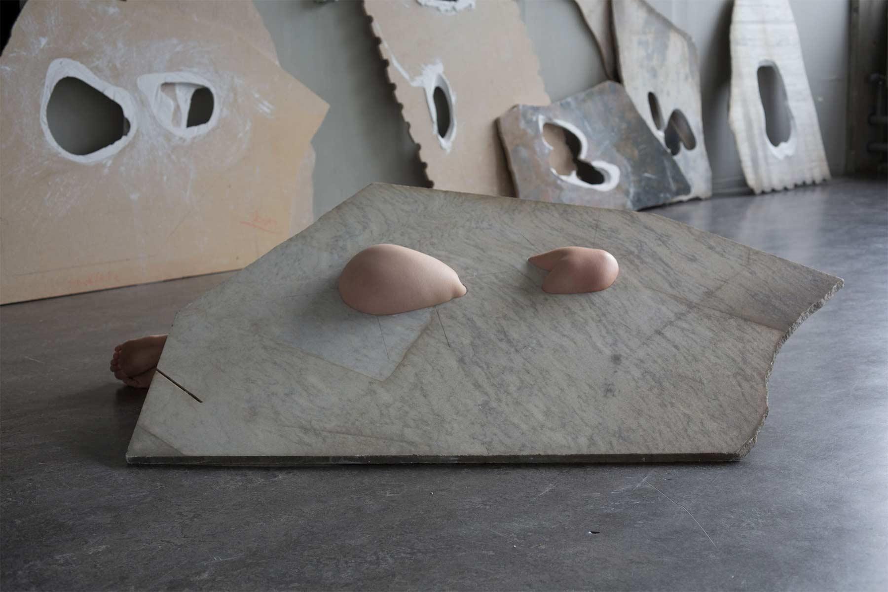 Nackte Körper in Marmor fleeting-parts_Milena-Naef_03