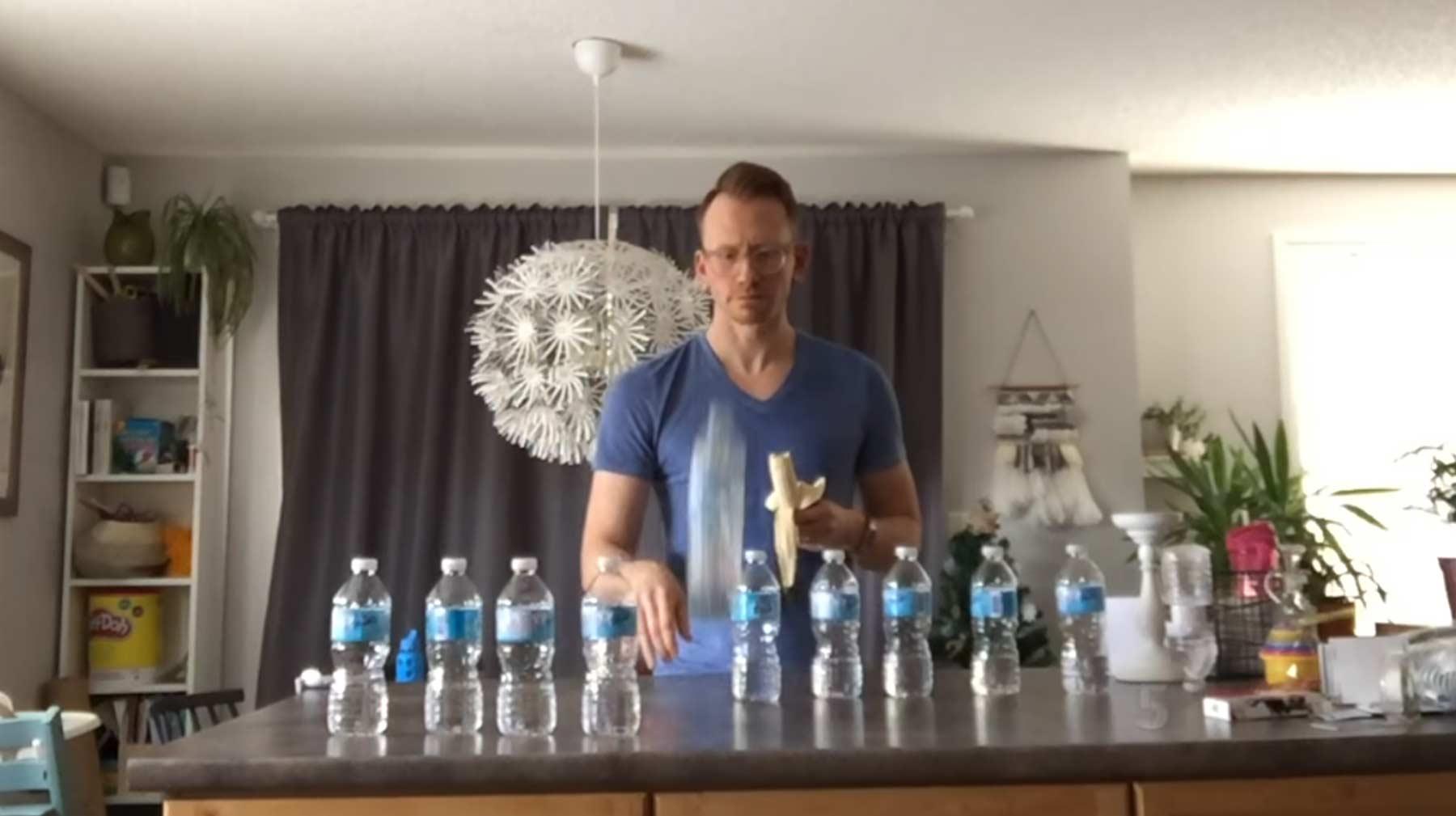 Lehrer verbot Bottle-Flipping und überrascht mit eigenen Tricks