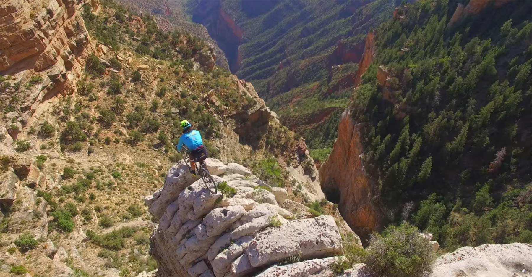 Vittorio Brumotti springt mit seinem Rad durch den Grand Canyon