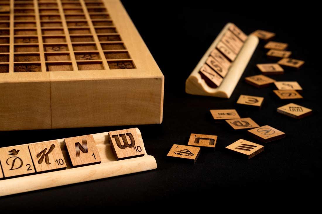 Holz-Scrabble mit Buchstaben aus Markenlogos