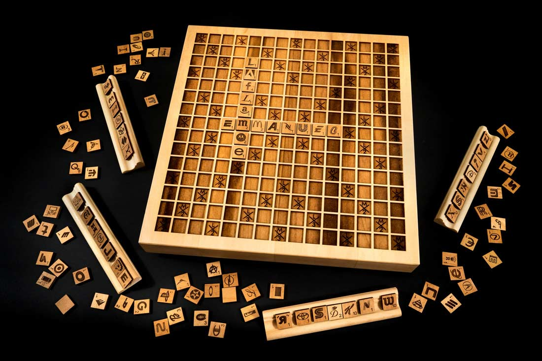 holz scrabble mit buchstaben aus markenlogos. Black Bedroom Furniture Sets. Home Design Ideas