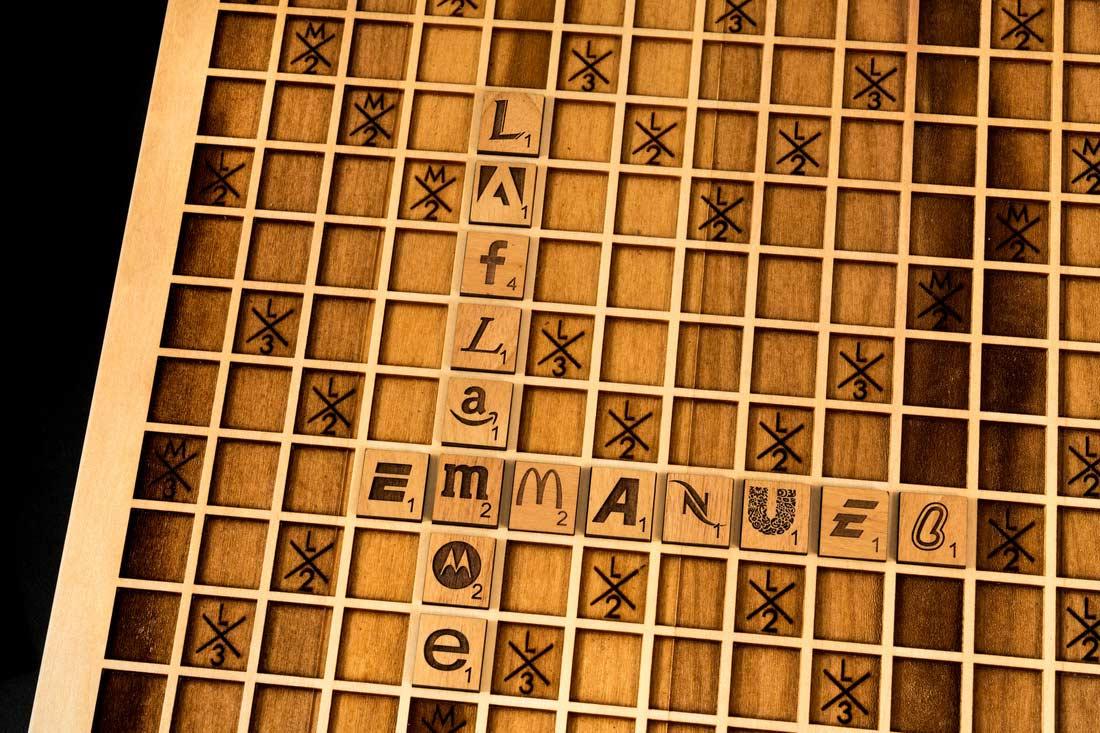 Holz-Scrabble mit Buchstaben aus Markenlogos holzscrabble_054