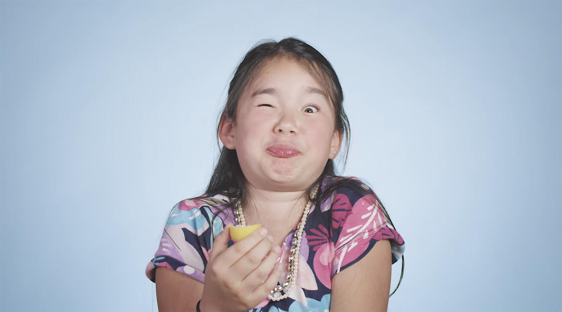 100 Kinder essen Zitronen