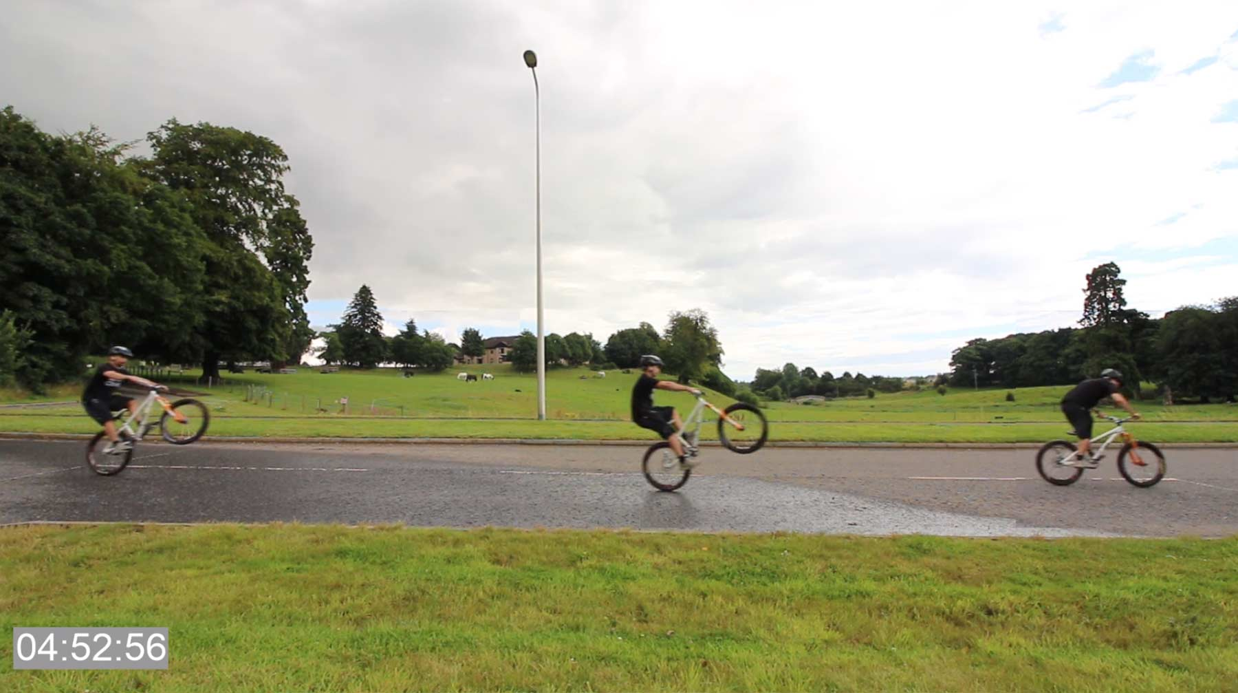 Mike Boyd lernt, einen 50 Meter-Manual zu fahren