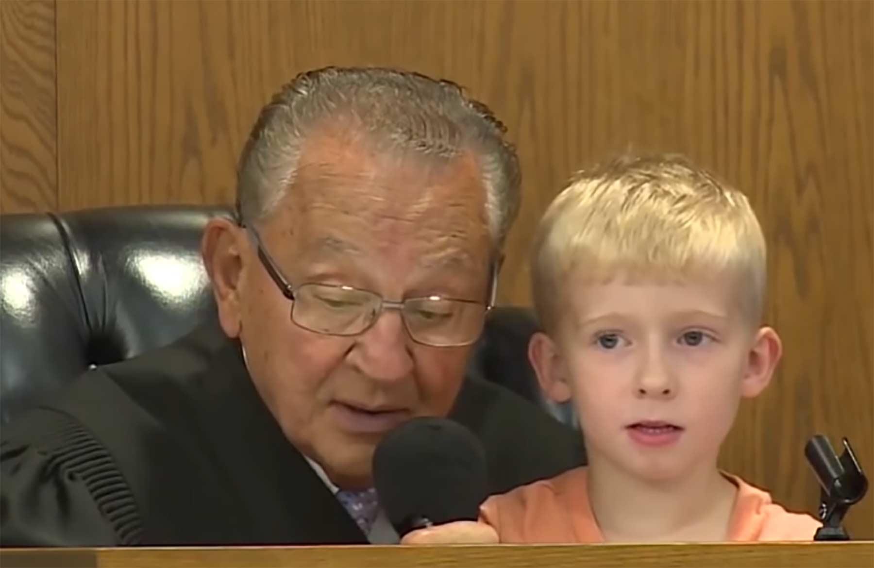 Richter lässt kleinen Jungen über das Strafmaß des Vaters entscheiden