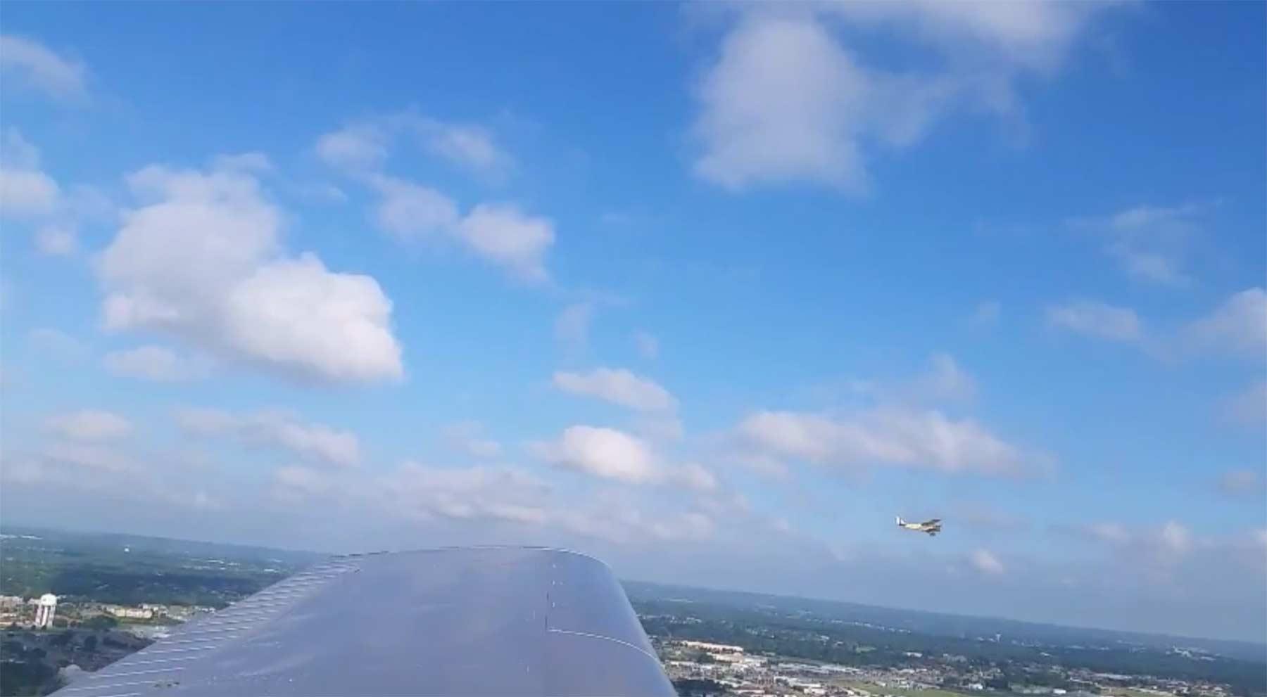 Smartphone fällt aus Flugzeug und filmt weiter