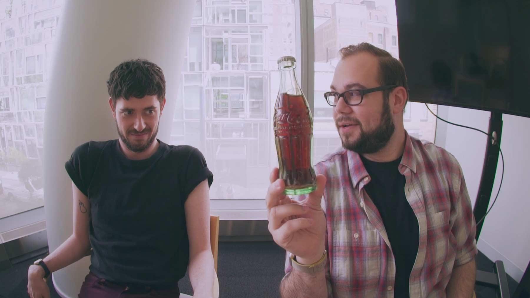 Diese Jungs öffnen und trinken eine Coke von 1956 cola-von-1956-trinken