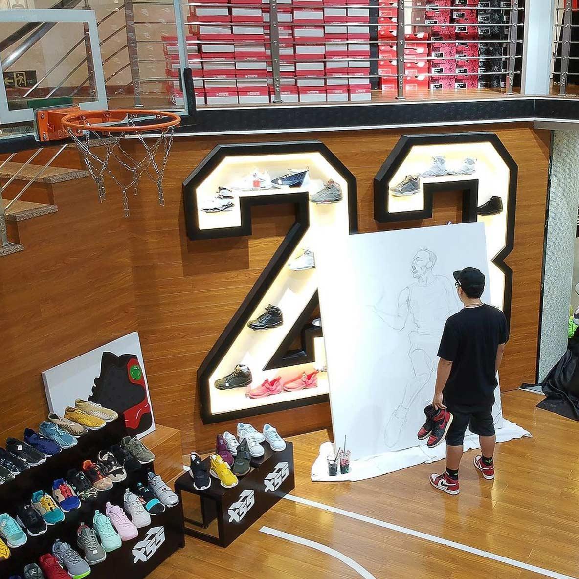 Michael Jordan mit einem Paar AIR JORDAN 1-Sneaker gemalt jordan-sneakers-portrait_05