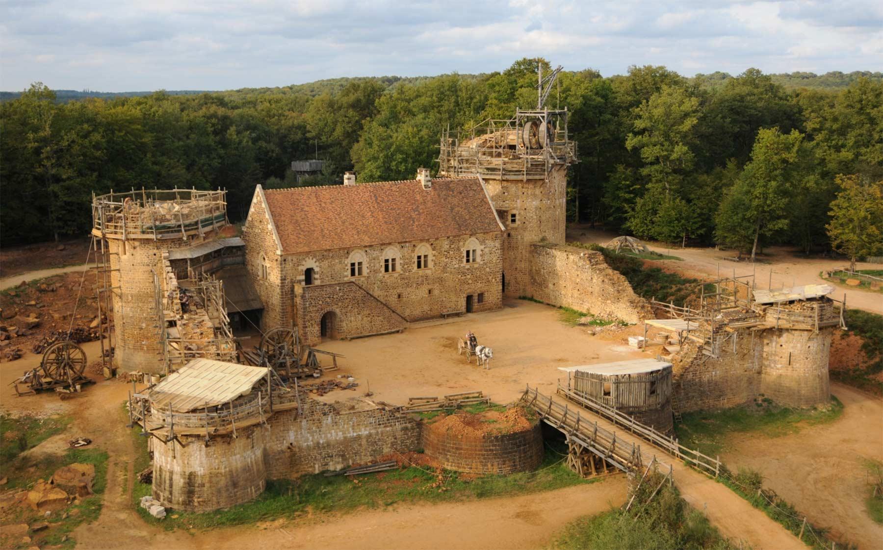 Diese Burg wird seit 20 Jahren mit mittelalterlichen Mitteln erbaut schloss-Guedelon_01