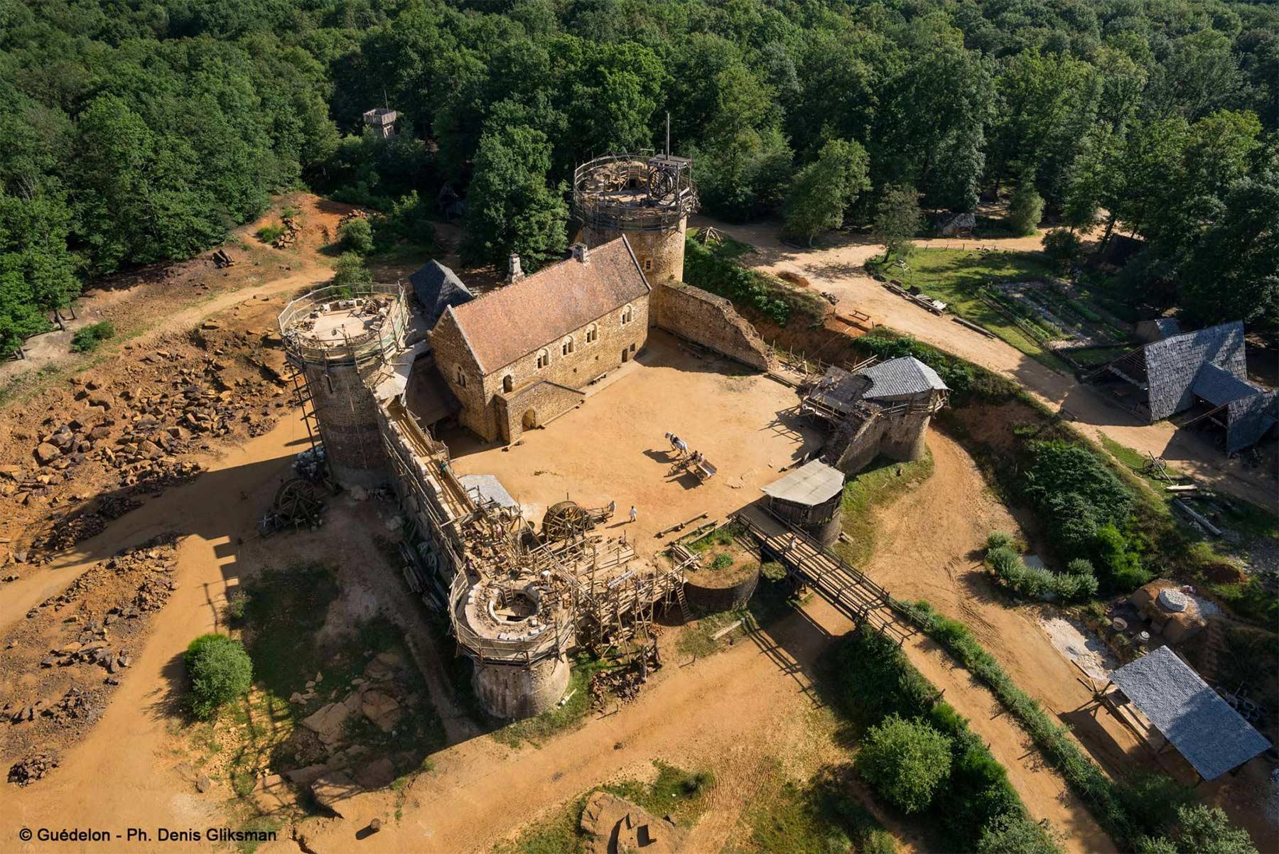 Diese Burg wird seit 20 Jahren mit mittelalterlichen Mitteln erbaut schloss-Guedelon_02