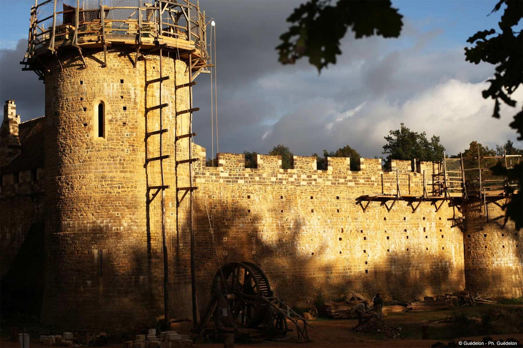 Diese Burg wird seit 20 Jahren mit mittelalterlichen Mitteln erbaut schloss-Guedelon_03