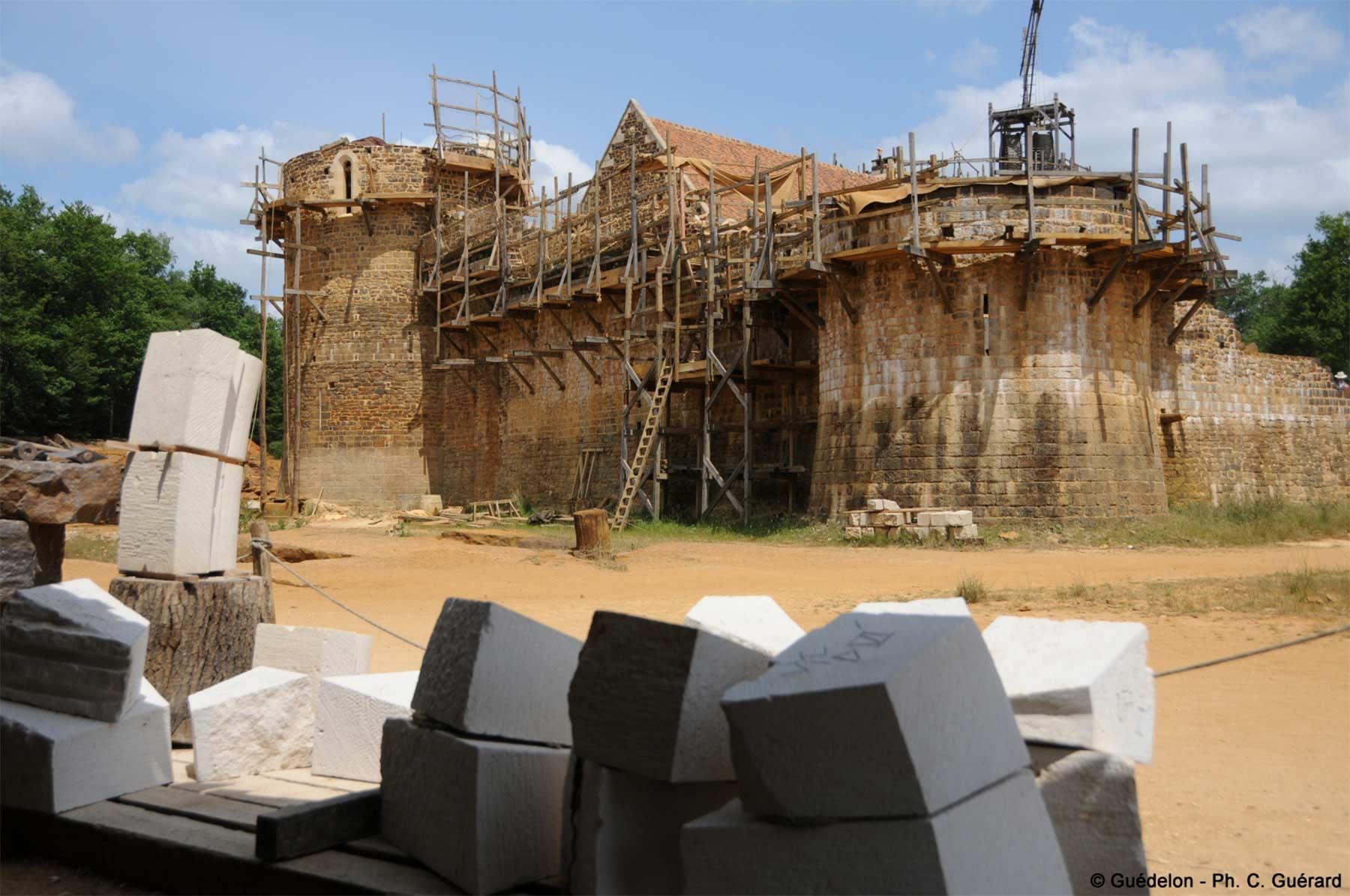 Diese Burg wird seit 20 Jahren mit mittelalterlichen Mitteln erbaut schloss-Guedelon_05