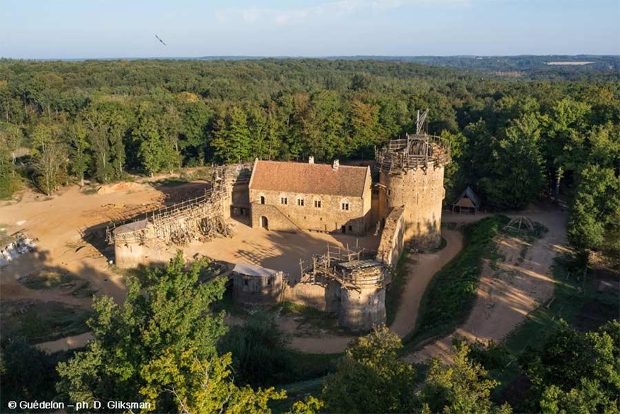 Diese Burg wird seit 20 Jahren mit mittelalterlichen Mitteln erbaut schloss-Guedelon_08