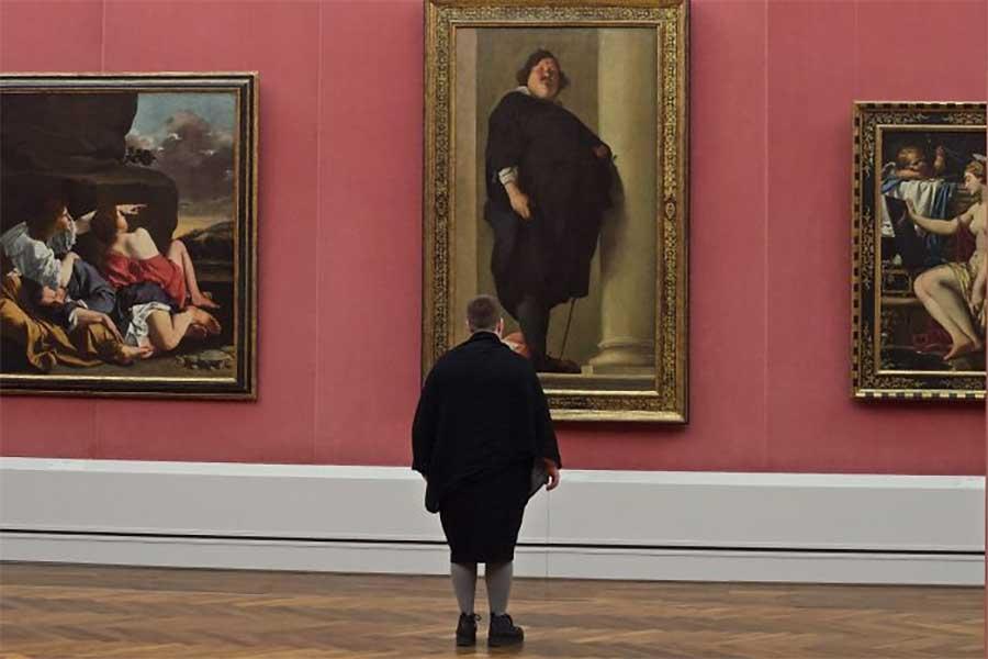 Museumsbesucher, die Kunstwerken gleichen