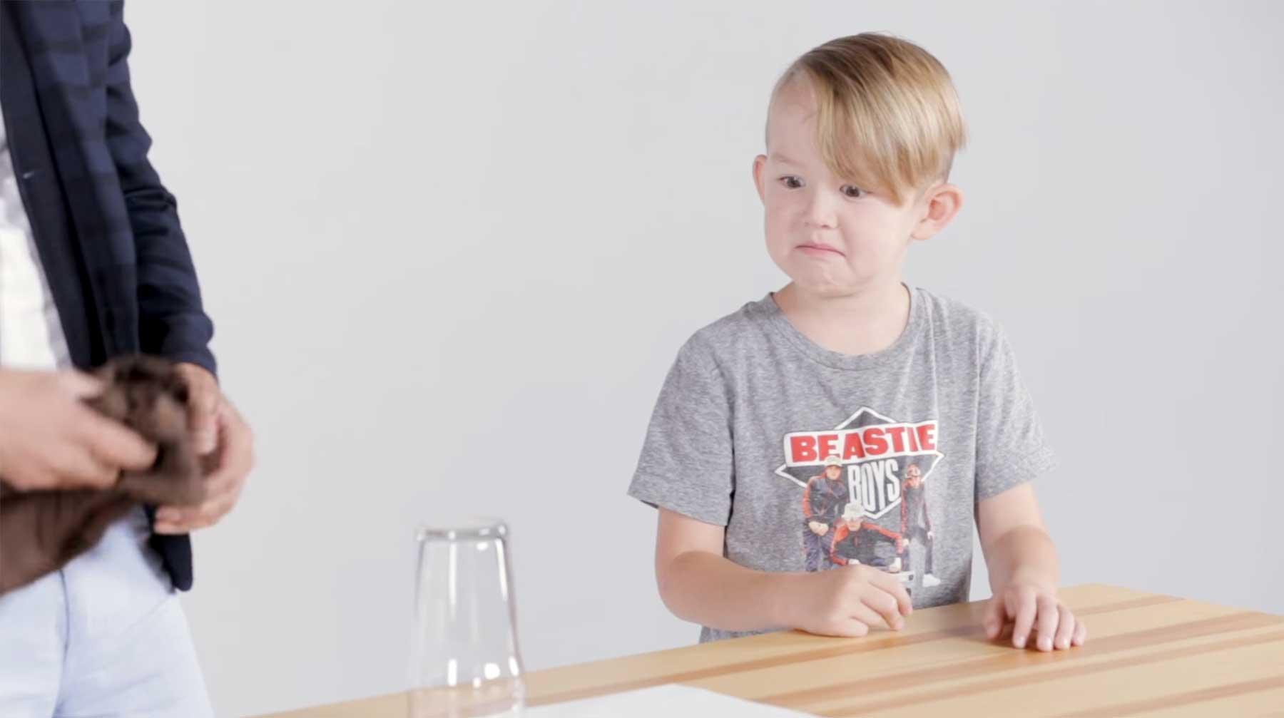 Kinder lernen einen Zaubertrick
