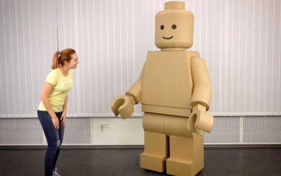 Gigantisches LEGO-Figur-Kostüm aus Pappe