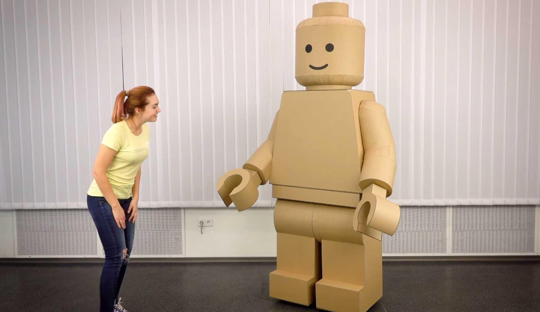 Gigantisches LEGO-Figur-Kostüm aus Pappe lego-kostuem