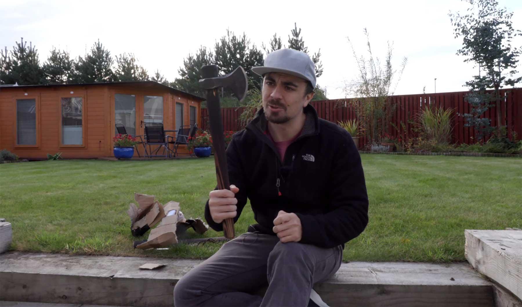 Mike Boyd lernt Axtwerfen