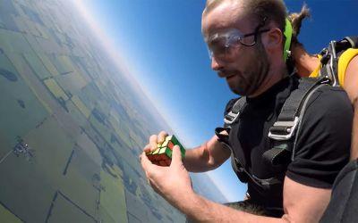 Typ lernt 37 Tage, einen Zauberwürfel beim Skydiving zu lösen