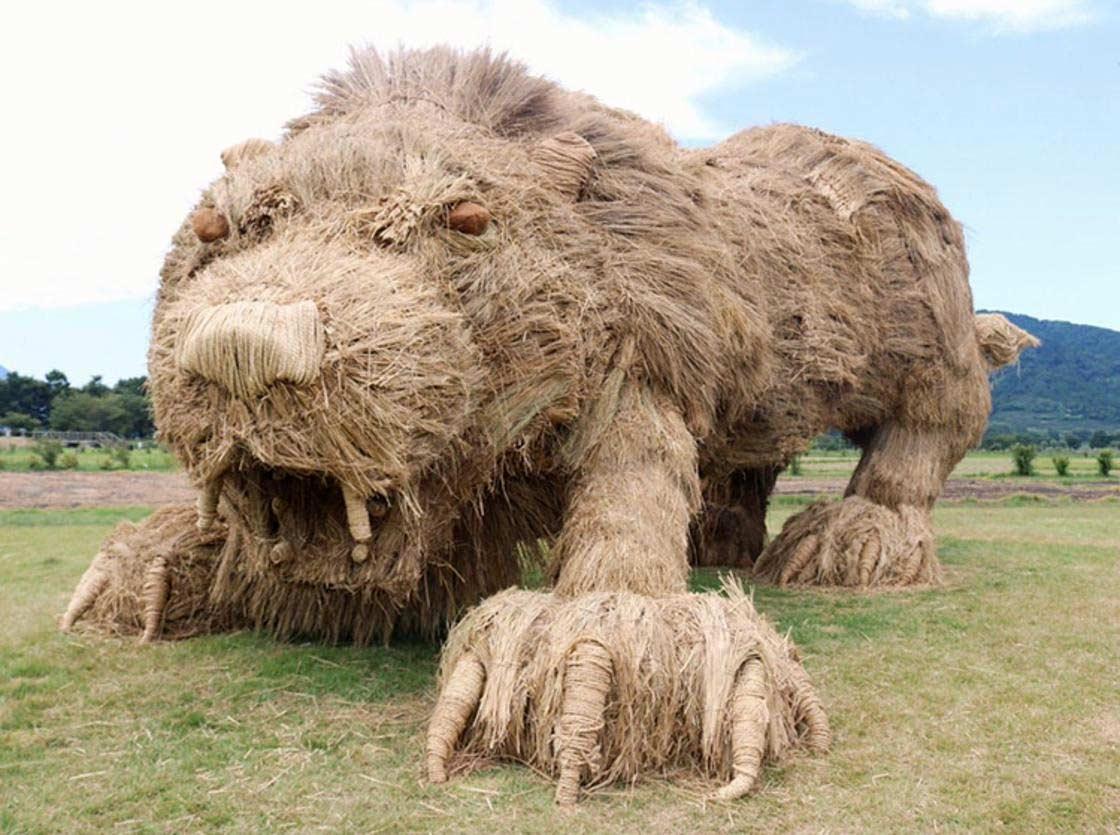 Timelapse: Entstehung eines gigantischen Heu-Löwen