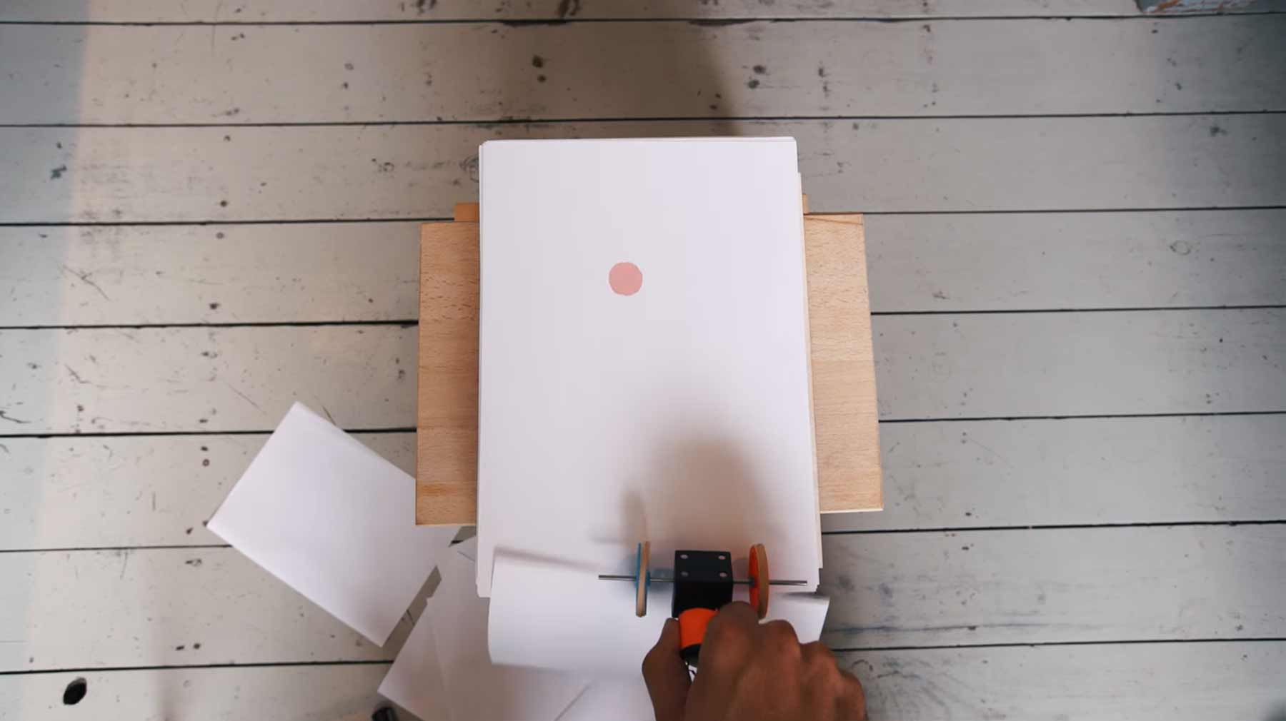 1.000 Blatt Papier wegziehen ergibt Animation 1000-blatt-animations-maschine