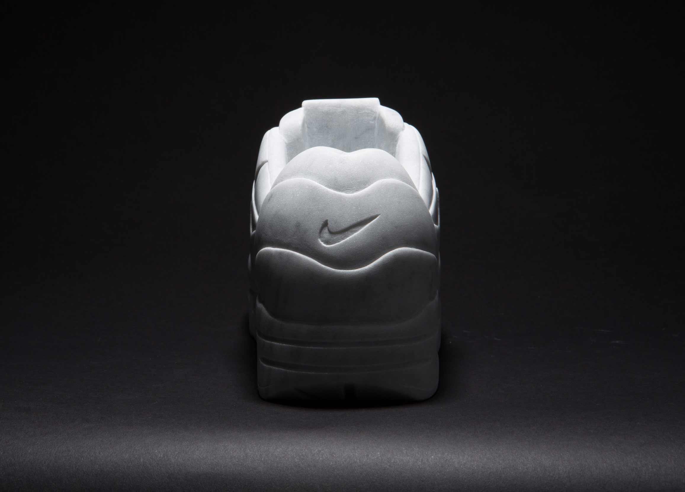 Sneaker aus Marmor Marmor-Sneaker_Alasdair-Thomson_03