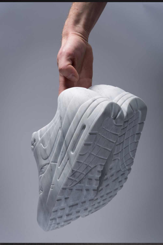Sneaker aus Marmor Marmor-Sneaker_Alasdair-Thomson_04