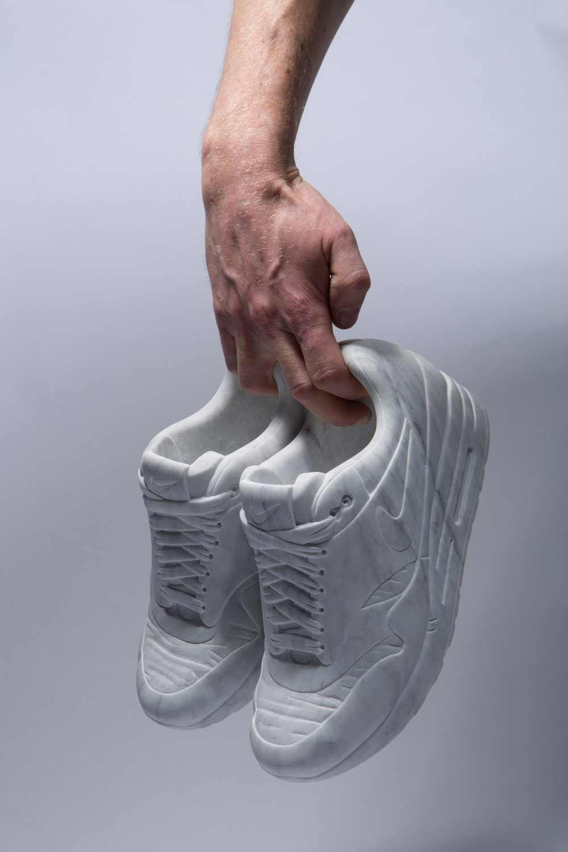 Sneaker aus Marmor Marmor-Sneaker_Alasdair-Thomson_06