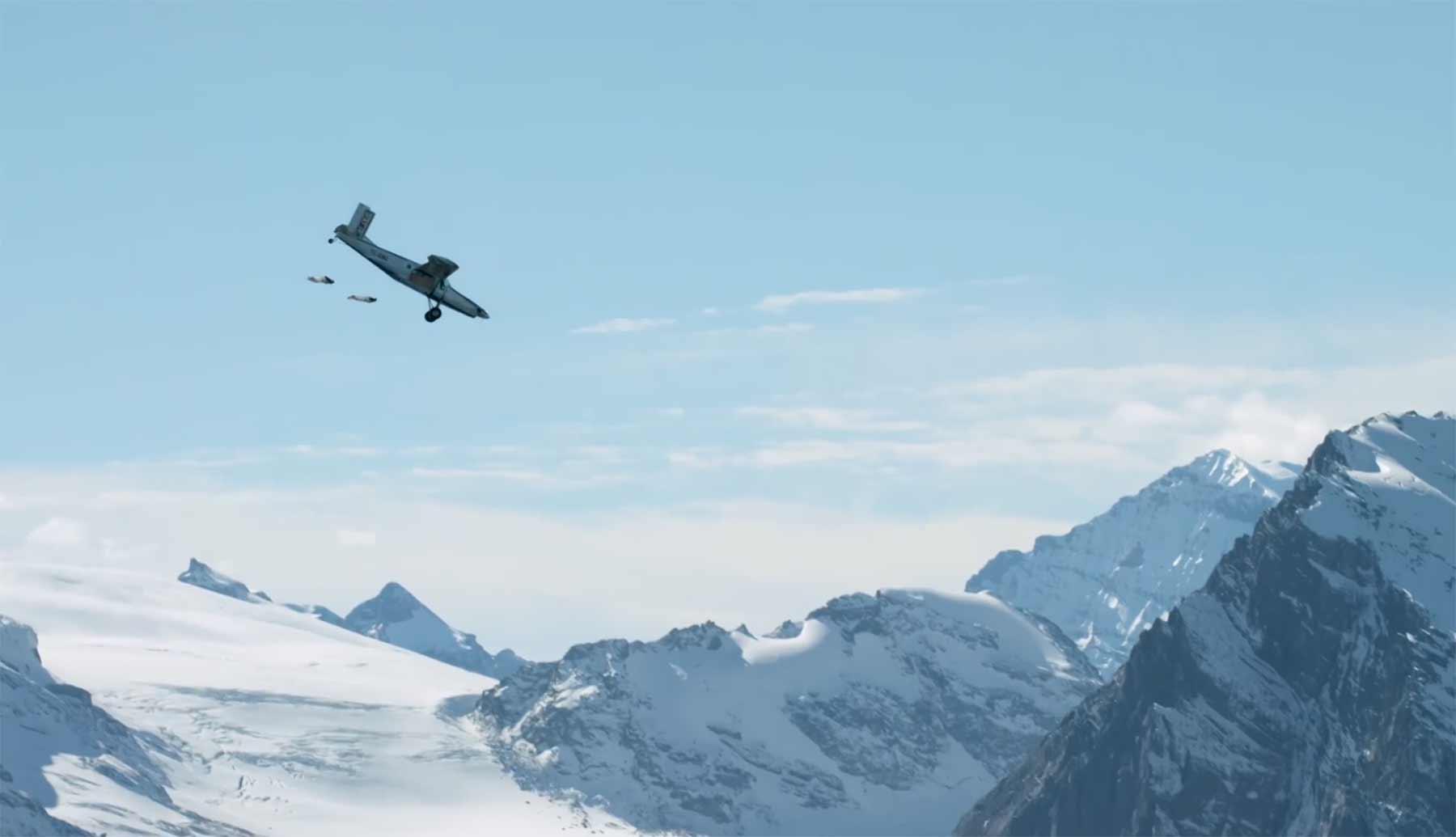 Wingsuit-Basejumper springen vom Berg in ein fliegendes Flugzeug