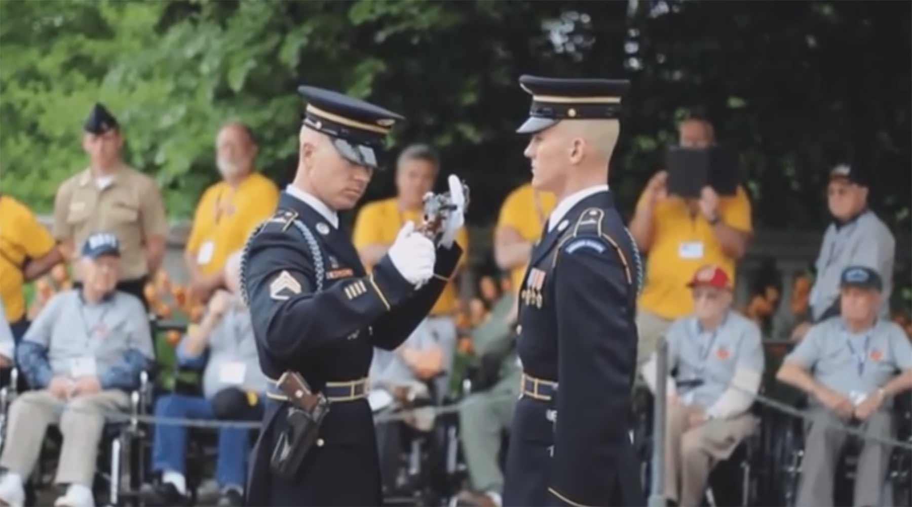 Waffen-Inspektion mit Soundeffekten feierliche-waffeninspektion