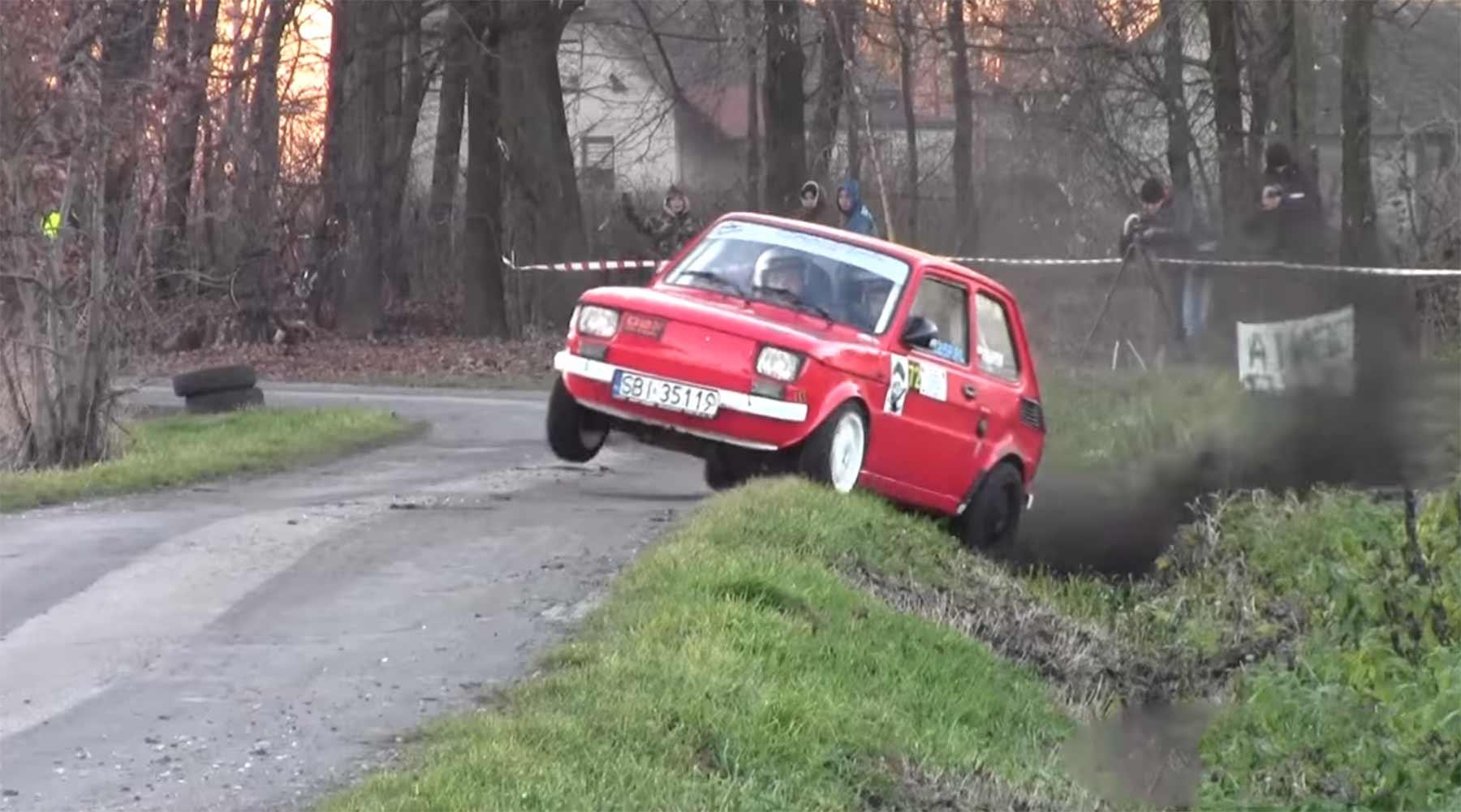 Kleiner Fiat 126 verzückt als Rallye-Raser