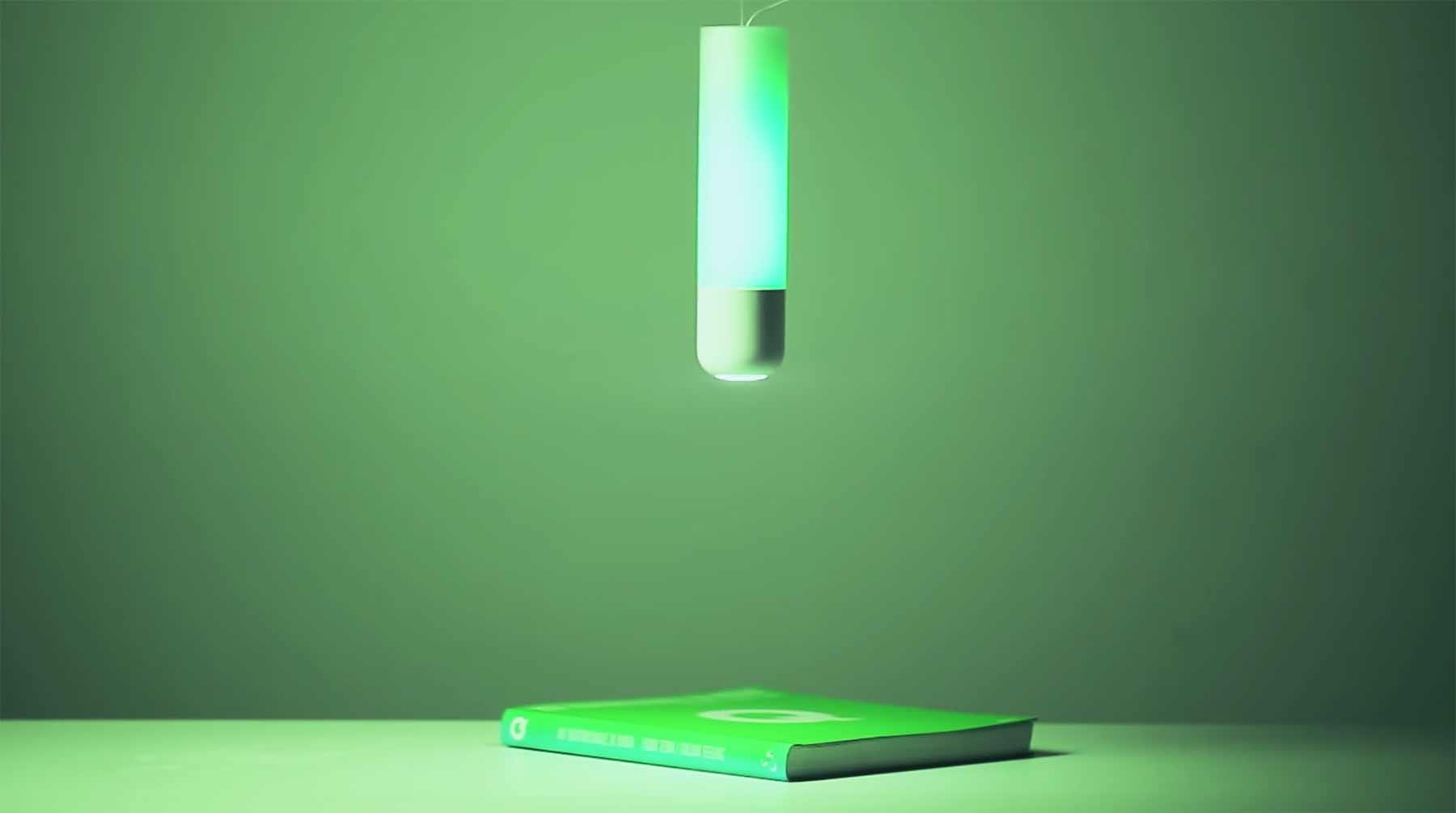 Lampe leuchtet in der Farbe dessen, was unter ihr liegt