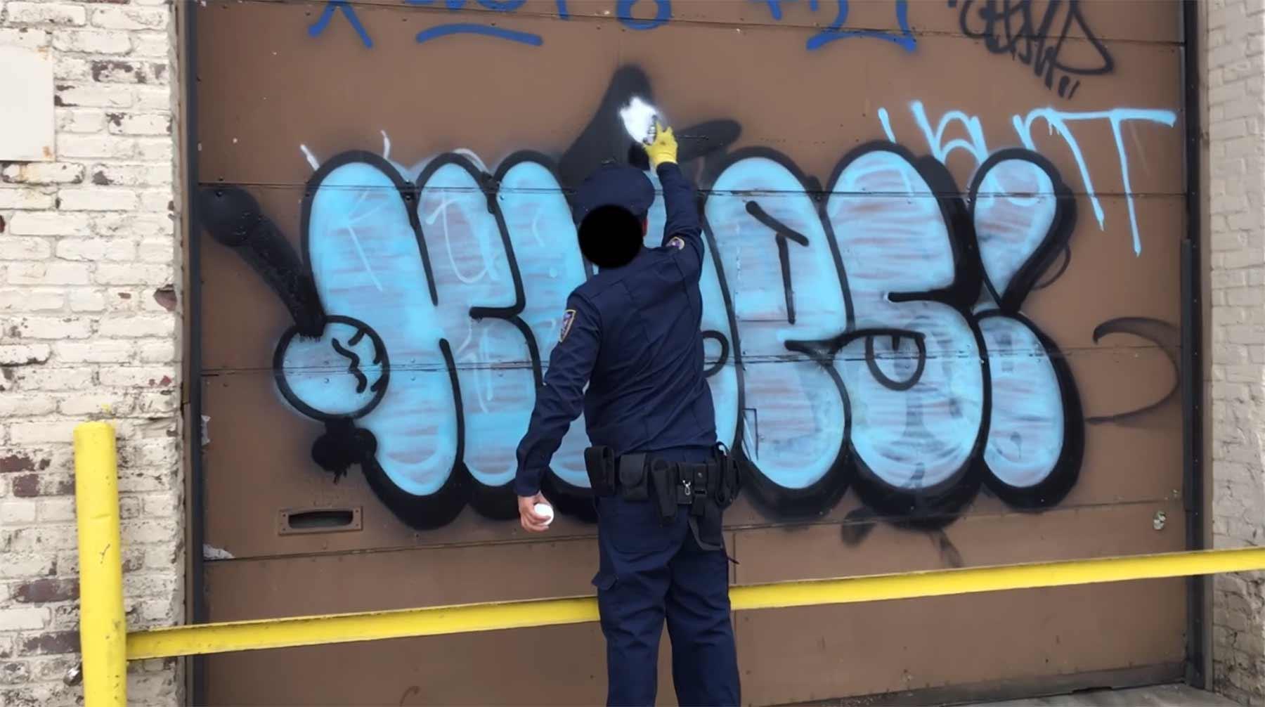 Polizist und Tagger in Personalunion graffit-cop-klops