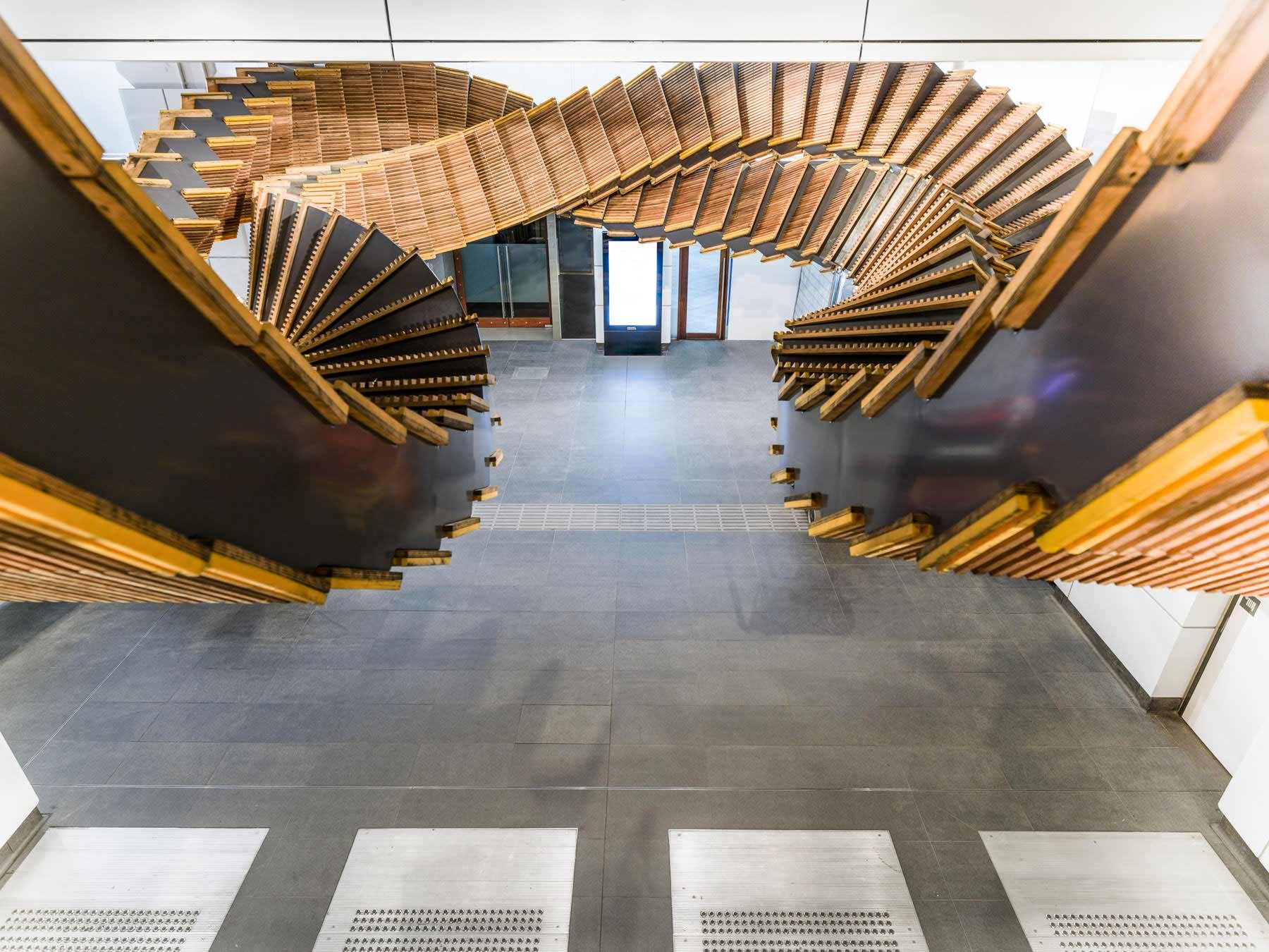 Deckenskulptur aus 80 Jahre alten Holzrolltreppen interloop-Chris-Fox_05